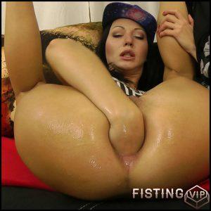 Hip hop girl fisting – Full HD-1080p, Fisting, Dildo (Release December 22, 2016)