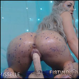 LittleMissElle – Alien Babe Fucks Big Cock – Full HD-1080p, anal and vaginal fisting, Giant Dildo, Toys, Solo (Release January 11, 2017)
