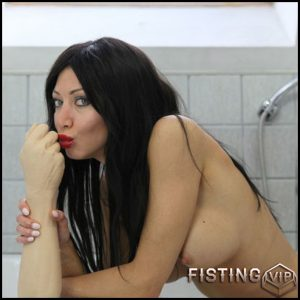 Hotkinkyjo – Rubber fist bath tub fuck – Full HD-1080p, Giant Dildo, Toys, Solo, MILF, dildo, anal play (Release February 19, 2017)