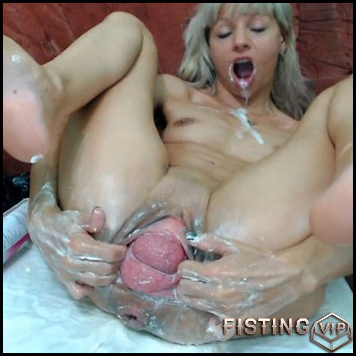 Dirtygardengirl huge pussy prolapse and big plug insertion