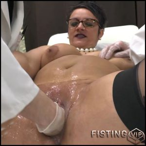 Rendez-vous chez le gyneco plus que prometteur pour Mme Kelly – HD-720p, double fisting, dildo, anal play (Release February 11, 2017)