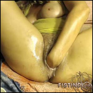 Beautiful wife with wet hairy cunt solo fisted – HD-720p, solo fisting, webcam (Release March 09, 2017)