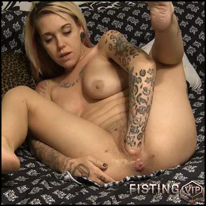 Titted tattooed blonde gets fisted herself homemade - HD-720p, pussy insertion, solo fisting, tattooed (Release March 09, 2017)