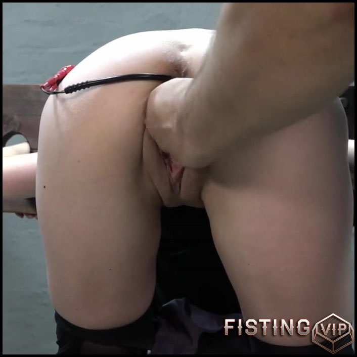 Karina Im Pranger fisted with AmateureXtreme - Full HD-1080p, pussy fisting (Release August 11, 2017)