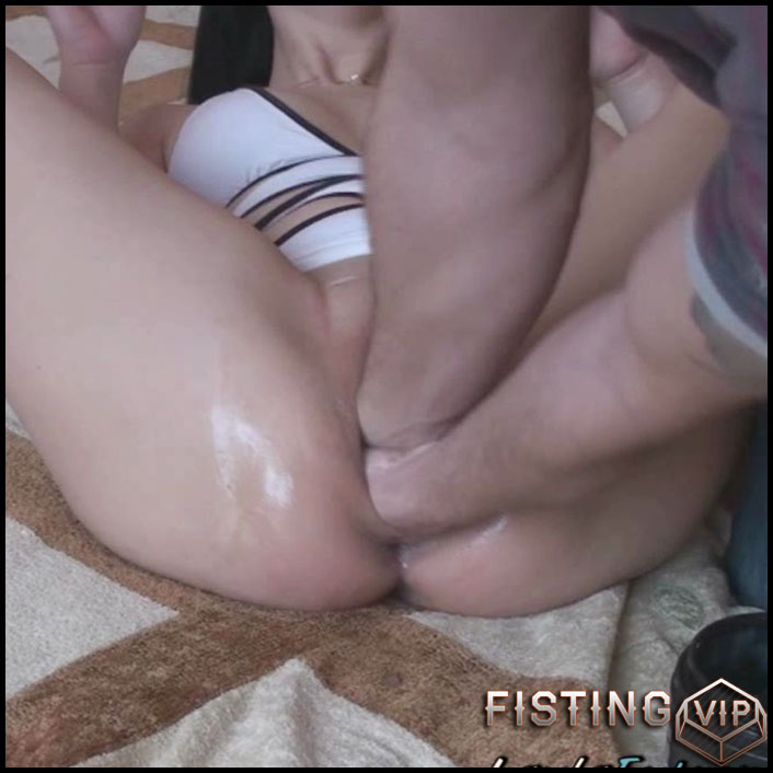 Layla Brutally Double Fisted - HD-720p, double fisting, Giant Dildo (Release September 22, 2017)
