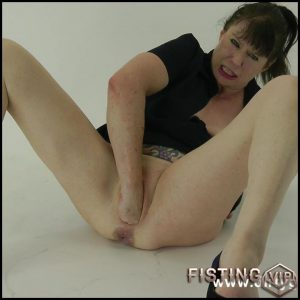 Studio Dark Fisting Play – Dirty Garden Girl – Full HD-1080p, solo fisting, hardcore fisting (Release September 14, 2017)