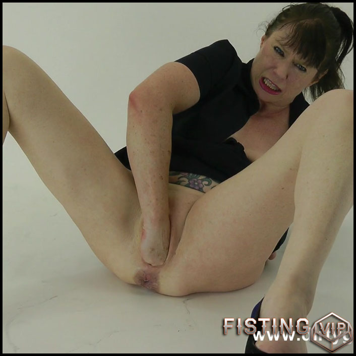 Studio Dark Fisting Play - Dirty Garden Girl - Full HD-1080p, solo fisting, hardcore fisting (Release September 12, 2017)