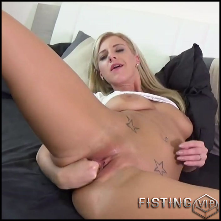 Amateur big ass girl self pussy fisting in different poses - HD-720p, solo