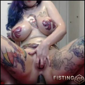 Beautiful tattooed girl big dildo anal rides webcam – HD-720p, dildo anal, dildo penetration, huge dildo (Release October 20, 2017)