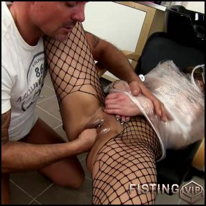 Klarisa Leone in the fisting barber dirty HD porn – HD-720p, pussy fisting, pussy insertion, pussy stretching (Release October 20, 2017)