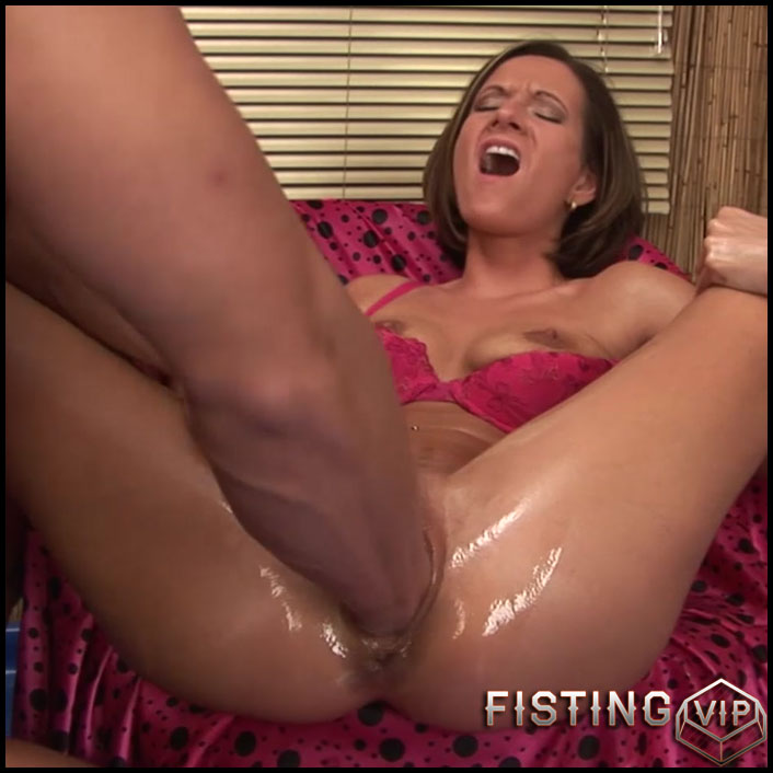 Maia takes a huge fist up her snatch - HD-720p, extreme pussy fisting, fisting porn (Release October 12, 2017)