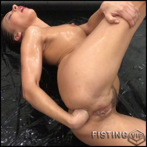 Russian olied girl Alina Henessy solo anal fisting – Full HD-1080p, deep fisting, fisting herself, russian girl, solo fisting (Release October 20, 2017)