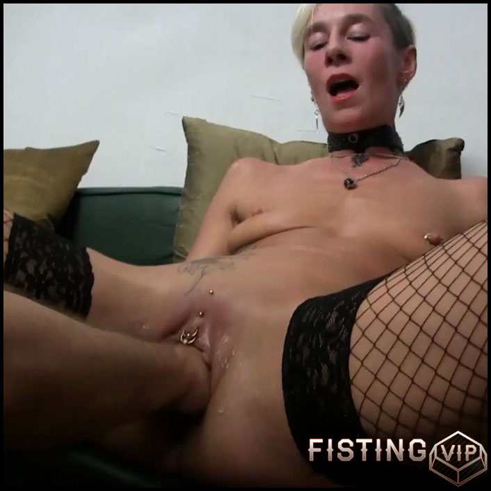 Tattooed large labia milf with piercing pussy gets fisted homemade - Full HD-1080p, mature fisting, pussy fisting (Release December 23, 2017)