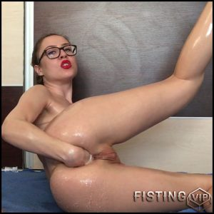 EllaGilbert all stuffed up for Christmas – Full HD-1080p, anal fisting, anal insertion, christmas fisting (Release January 6, 2017)