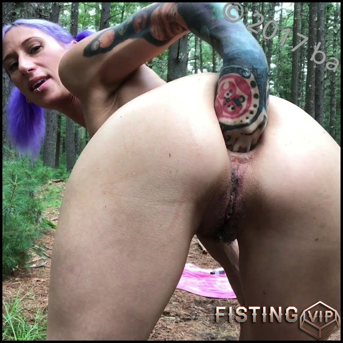 Badlittlegrrl fisting in the forest herself and stretched gape - Full HD-1080p, fisting anal, solo fisting (Release February 11, 2017)
