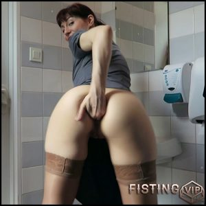 Mylene public toilet quickie – exciting summer fisting pron – Full HD-1080p, anal fisting, public fisting, solo fisting (Release March 29, 2018)