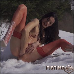 Sexy brunette toilet brush penetration and fisting sex in winter – Rare 4K porn, fisting outdoor, pussy fisting, solo fisting (Release May 20, 2018)