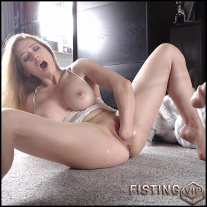 Amateur cute busty blonde vaginal fisting herself – HD-720p, amateur fisting, pussy fisting, solo fisting (Release June 15, 2018)