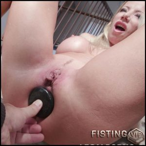 Lara De Santis gets fisted and monster black butplug fully in ass rosebutt – HD-720p, anal fisting, dildo anal, triple penetration (Release June 11, 2018)