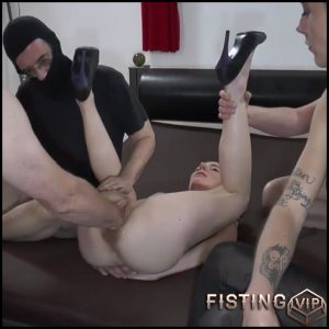 Bizarre german girl KarinaHH gets vaginal fisting from old male – HD-720p, amateur fisting, pussy fisting (Release August 19, 2018)
