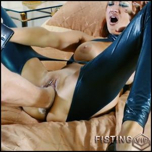 Busty redhead girl gets fisted and dildo in her big pussy – HD-720p, huge dildo, pussy fisting (Release August 9, 2018)