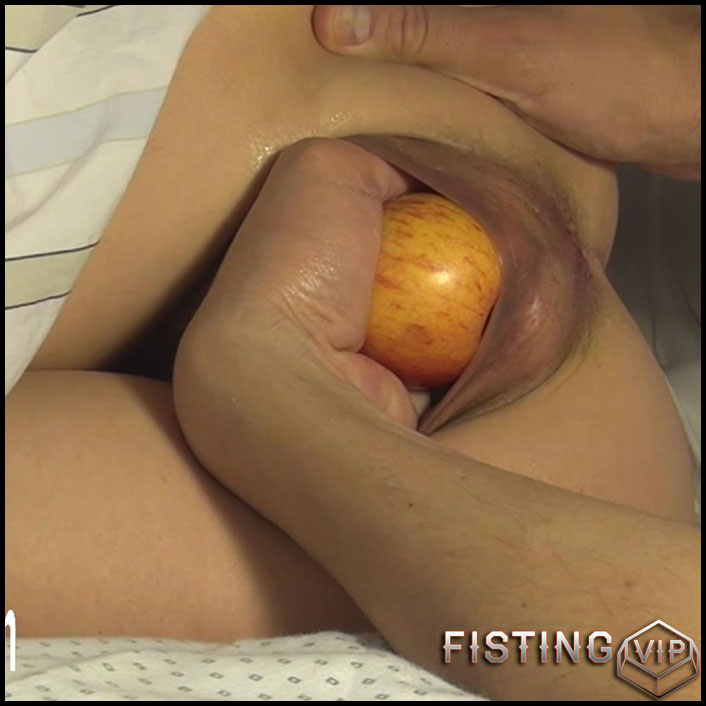 Amateur husband penetration apple and hand in big pussy his wife ...