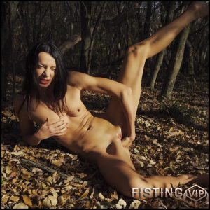 Outdoor Skinny Girl Dirty Leaves Penetration In Pussy During Fisting – Queensnake – Fisting Outdoor