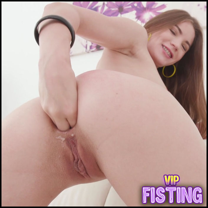 Anal Fisting Herself And Rough Dildo Fuck - Evelina Darling