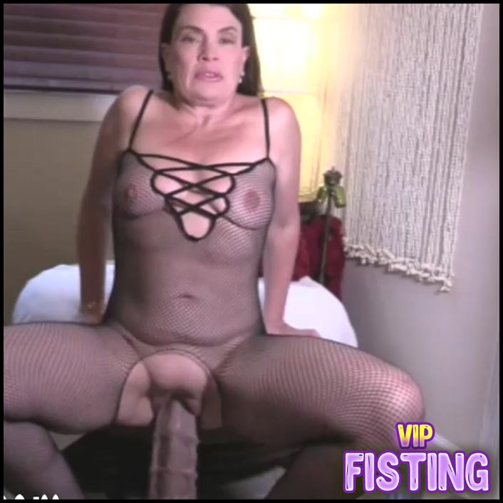 Webcam Booty MILF Gets Orgasm During Rides On a Bad Dragon Dildos - Hottabbycat