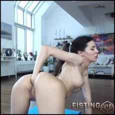 Schoolgirl Tricia Fox fucking machine porn – HD-720p, blowjob, fucking machine, huge dildo (Release June 18, 2017)